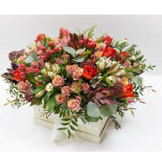 Mischblumen und Rosen in einer Box